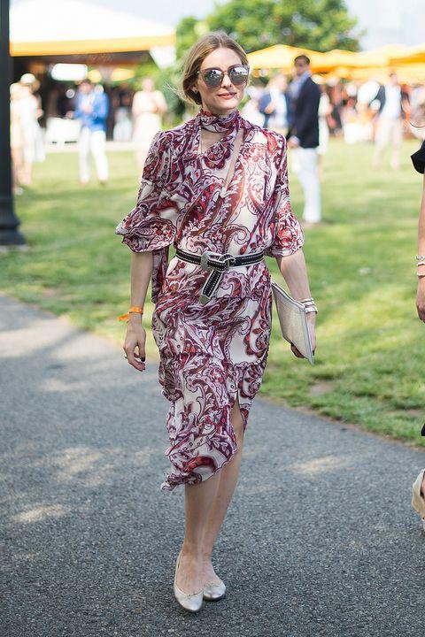 Olivia Palermo combina un vestido midi de estampado chamemir con bailarinas y…