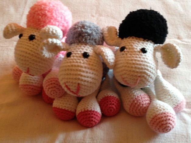 Diese kleine Schaf sucht ein neues Zu Hause, wo es kuscheln und knuddeln kann! Größe ca. 15x18 cm, gehäkelt und bestickt mit Baumwollgarn und Kuschelwolle, verziert mit Sicherheitsaugen und...