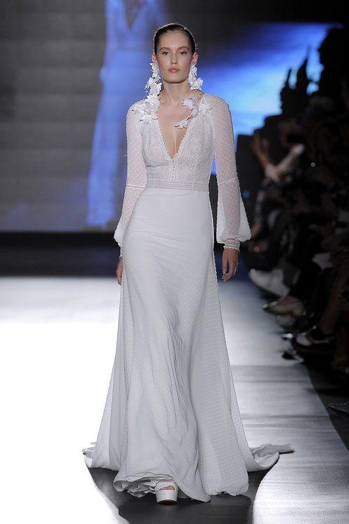 db0b2b093 Vestidos de novia para mujeres bajitas  ¡65 diseños para lucir estilizada y  grandiosa! in 2019