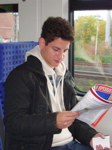 Dortmund liest.... in der S-Bahn, Dorstfeld. Okay, das ist jetzt zwar kein Buch, aber fast.