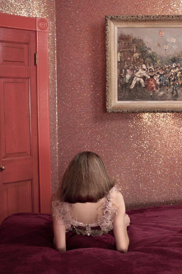 Glittertapet! Helt spesielt, og utrolig glamorøst. Her har eierne lekt seg med en aksentfarge på døren som er i samme tone som veggen.