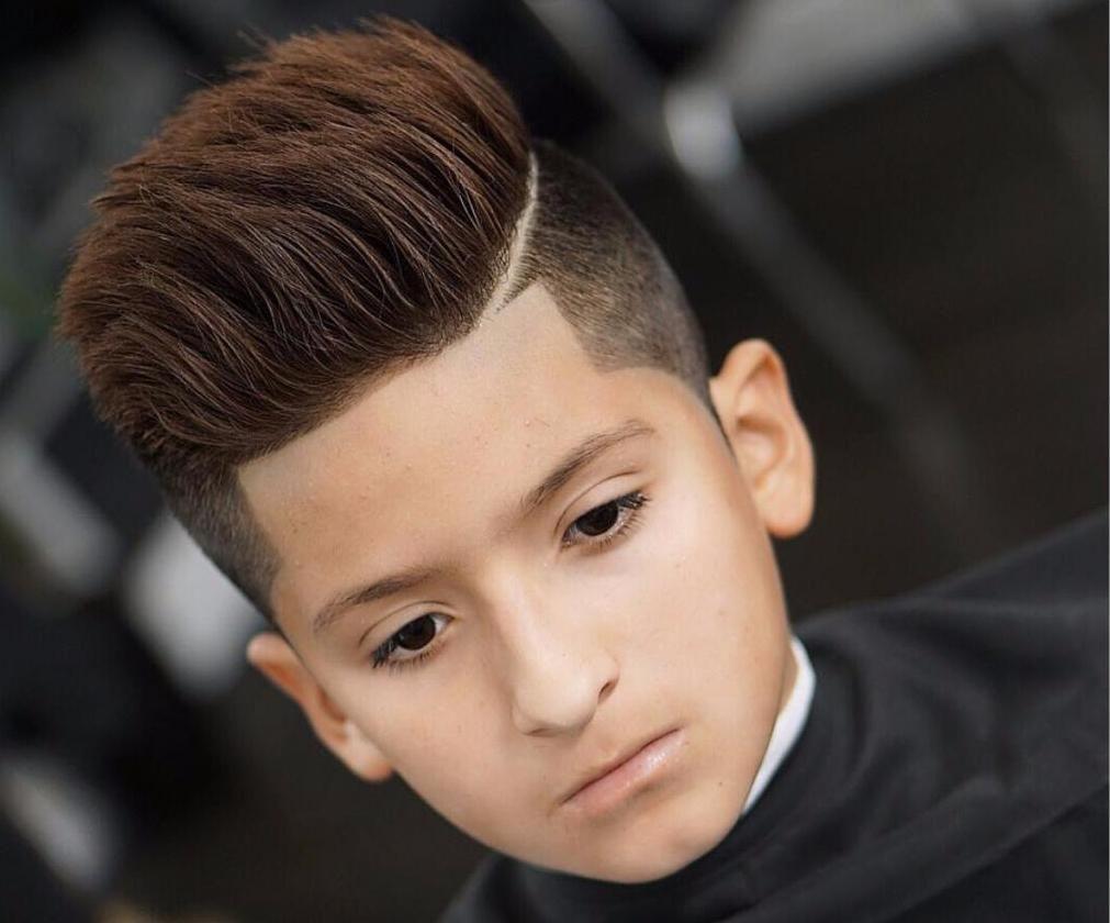 Disconnected Sidecut Mit Aufrecht Gestylten Oberhaaren Kinder Haarschnitte Jungs Frisuren Haarschnitt Ideen