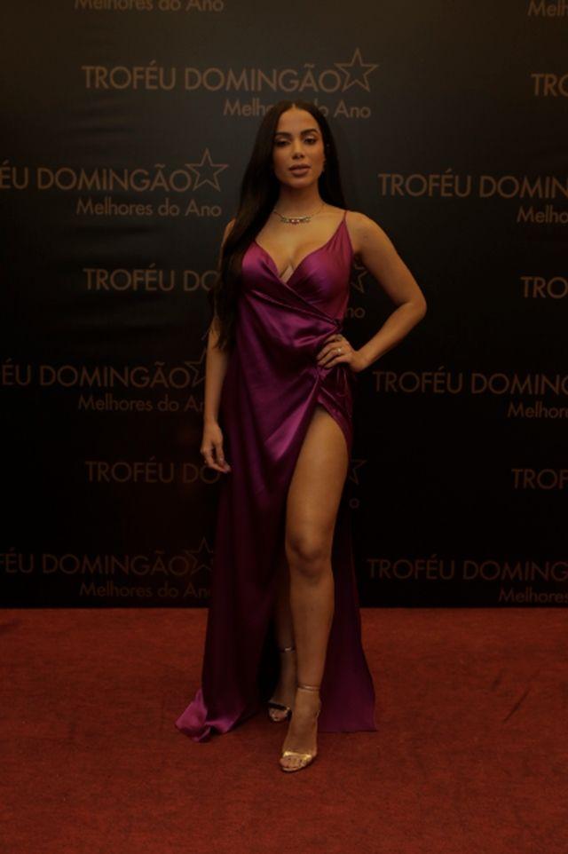 099cb3c51 Anitta apostou no look sexy e sofisticado da marca Barbara Bela. A cantora  levou a fenda ao extremo
