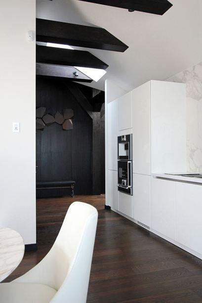 cuisine design - noir et blanc - parquet - poutres noires Cuisine