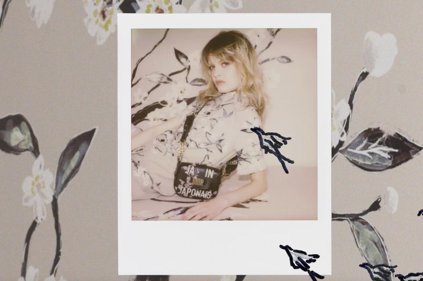 """""""J'Adior Japan"""" lautet der Titel der Capsule Collection, welche eigens zum Opening des Dior-Stores in Ginza Six entworfen wurde. Zarte Blüten und auffällige Schriftzüge zieren die Entwürfe und Accessoires, welche auch hierzulande Begehrlichkeiten wecken..."""