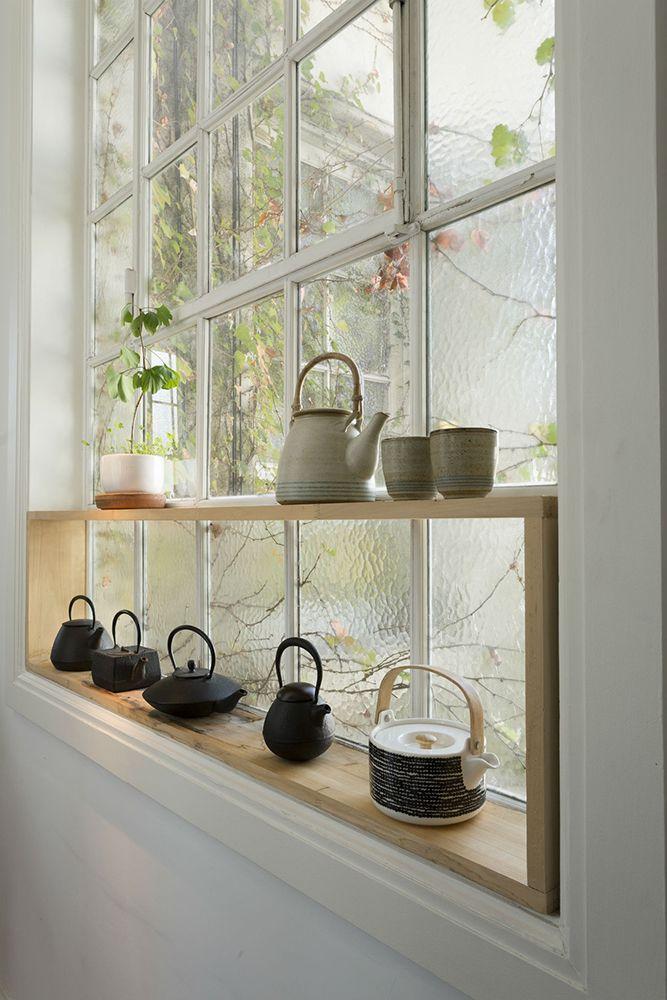 El marco de la cl sica ventana de vidrio repartido se for Ventanas de aluminio con marco de madera