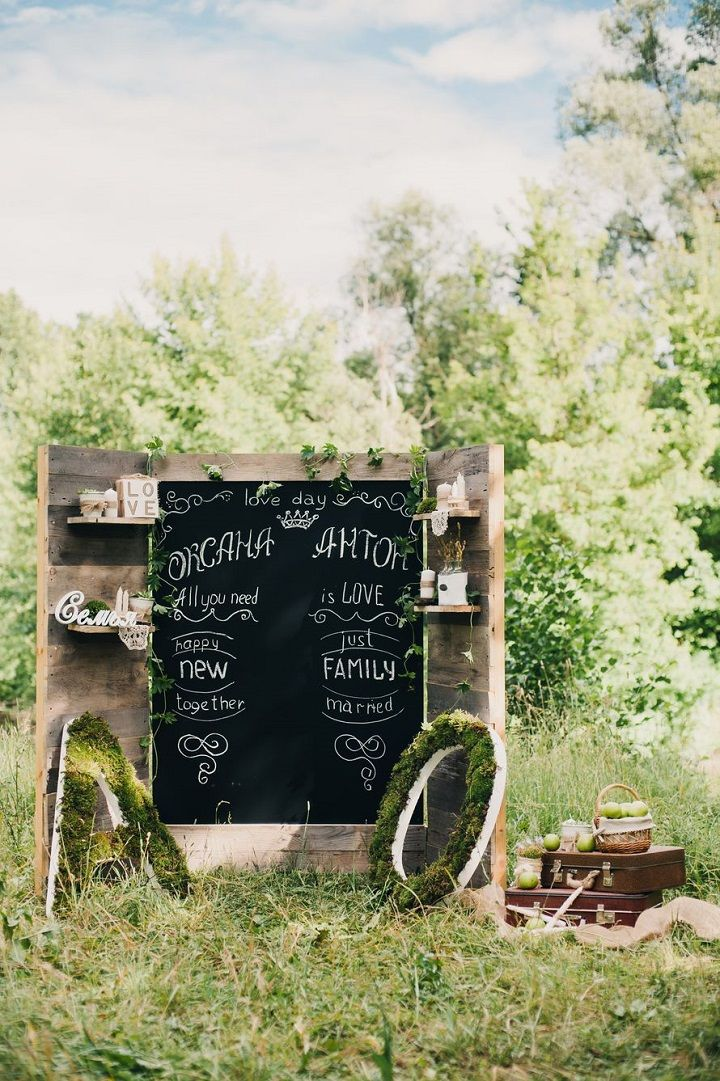 Mini chalkboard + Wooden Pallet Wedding Backdrop #weddingdecor #palletbackdrop #weddingbackdrop #weddingreceptiondecor #weddingceremonydecor