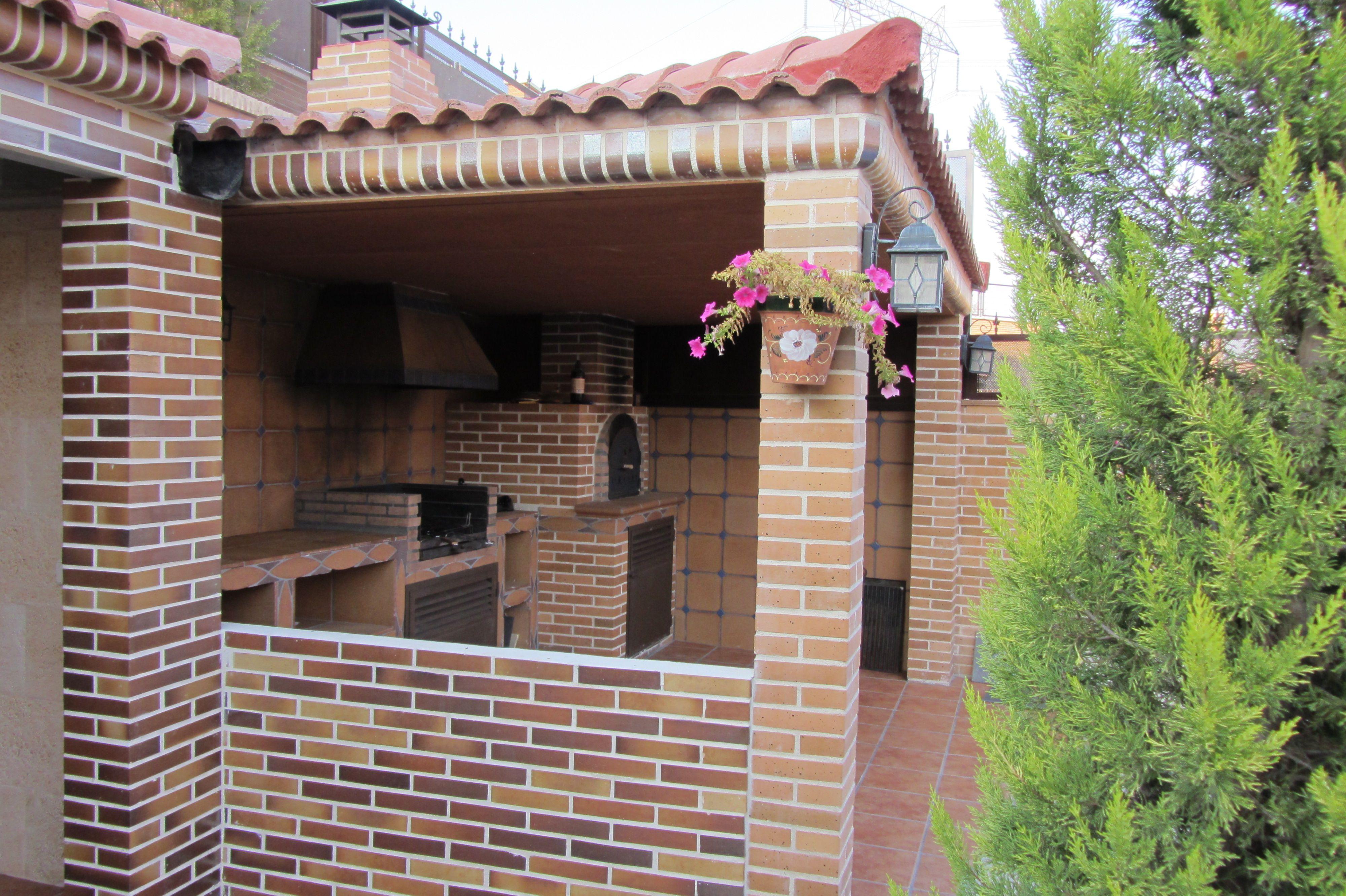 con ladrillo visto y tejado de teja semi cerrada