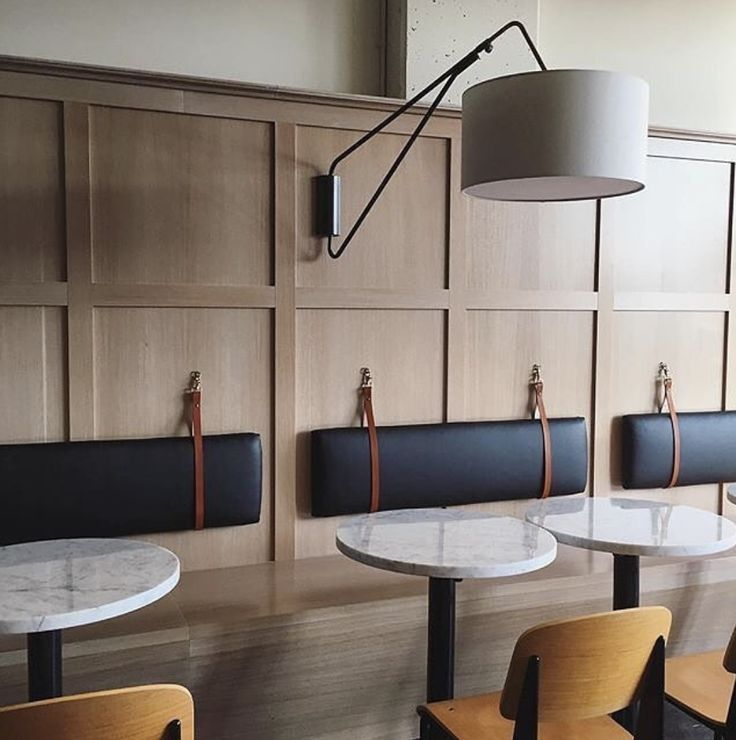 Banco corrido de madera con respaldo acolchado con cintas de cuero bancos corridos bar - Bancos cocina modernos ...