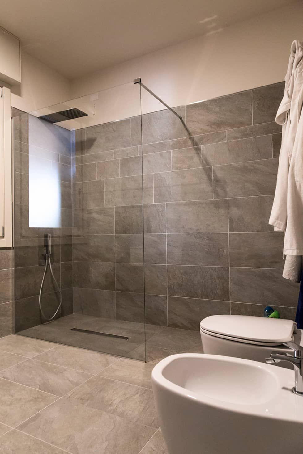 Ristrutturazione di un appartamento in villa bifamiliare for Armadietti per bagno