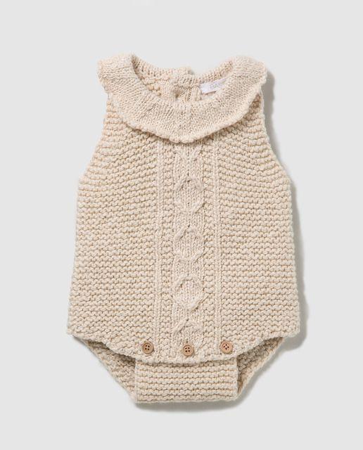 Ranita de tricot con trabajo de aranes en color beige, con cierre de ...