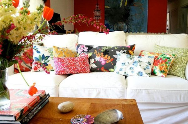 A Simple And Forever Stylish Combination White Sofa And Colorful Pillows Eclectic Living Room Summer Home Decor Living Room Pillows