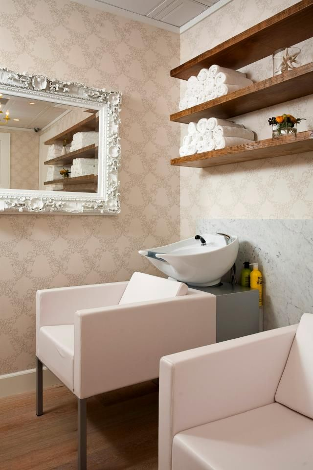 Shelves for shampoo area salon ideas pinterest salons de coiffure salon coiffure et salon - Salon de coiffure shampoo ...