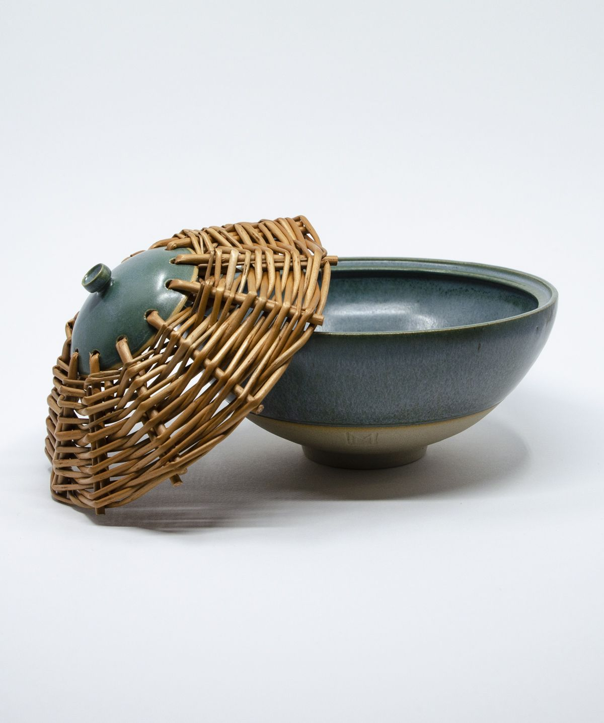 The unique bowl is glazed outside and inside with a green turquoise glaze, a stone ware bottom. The lid of the bowl is woven from willow. Pottery handmade art - Gosha Ceramics by #gosha_ceramics // #ceramics #céramique #osier #osiervintage #pottery #poterie #clay #claylove #willowweaving #homedeco #willow #willowceramics #handmadeceramics #willowtree #rusticstyle #ilovepottery #bowl #rusticdecor #wheelthrown #wheelthrowing #籐 #funcionalpottery