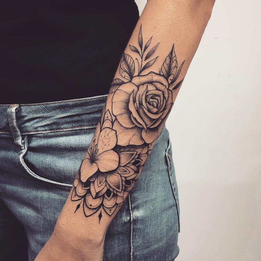 🌹 Composição de flores com mandala! Valeu Camila!! 🙌🏻✨ Muito obrigado  @southwingtattoo pela…   Tatuagem braço inteiro feminino, Tatuagem, Fotos tatuagem  feminina