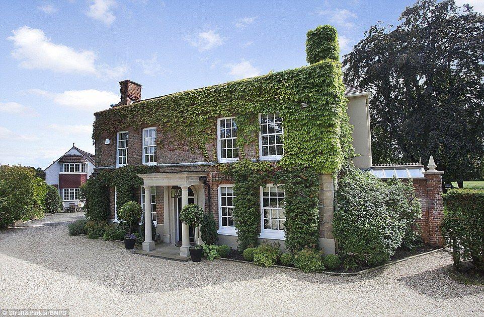Bijna een vorstelijke woning, maar niet helemaal: Grade II-beursgenoteerde Birch Hall in Windlesham, Surrey werd gekocht door de koningin voor haar kleindochters Beatrice en Eugenie in 1997 ... maar het paar nooit verhuisd