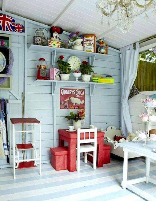 intérieur de cabane de jardin d\'enfants, petite table rouge, un ...