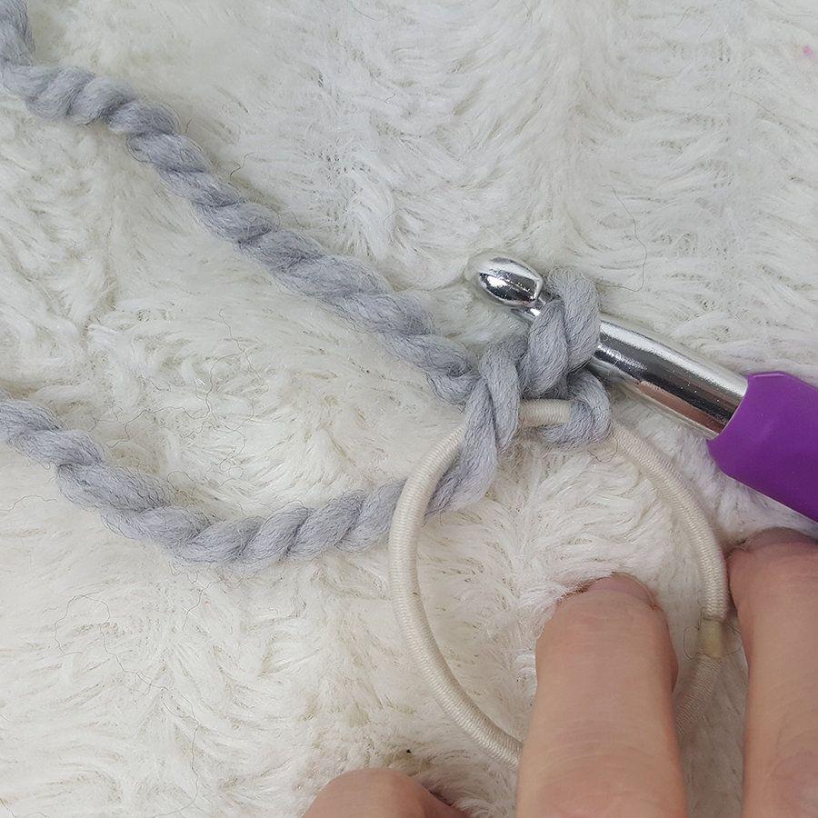 Free Messy Bun Beanie Crochet Pattern!   Gorros y Estilo
