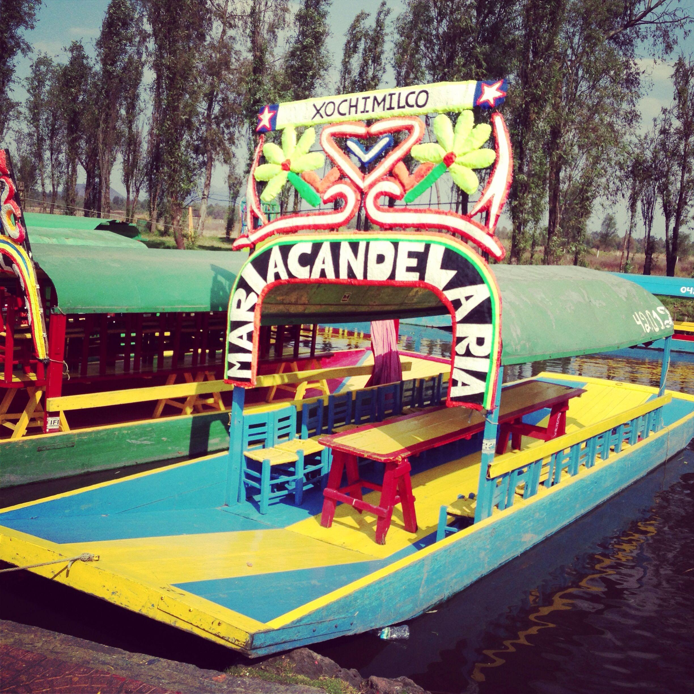Trajinera en el lago de xochimilco ubicado al sur de la for Jardin xochimilco