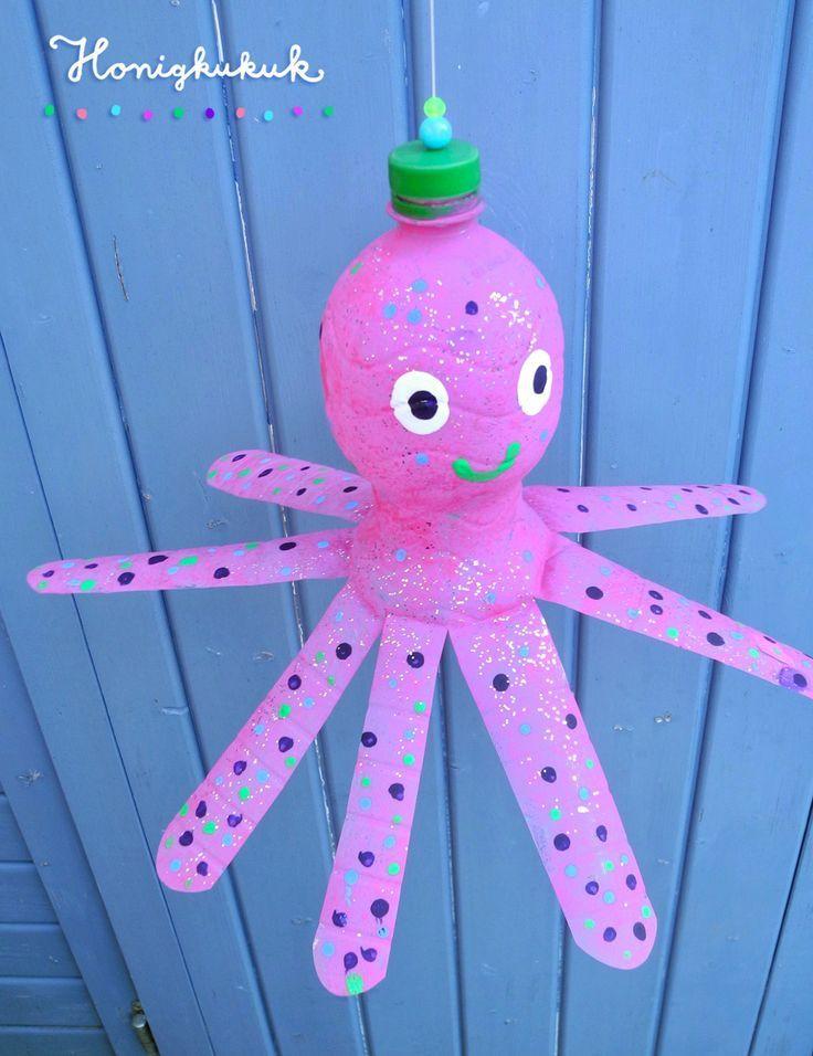 Schaut mal, das ist Helmut der hüpfende Oktopus beim Frühsport. Er hängt an einem Gummiband, dass ich am Flaschendeckel befestigt habe und hüpft lustig auf und ab. Unglaublich elegant wenn ihr bedenkt, dass Helmut in seinem früheren Leben eine richtige Flasche war… . #honigkukuk #upcycling #bastelnmitkindern #oktopus #kidscraft #diykids #summercraftsforkids  #petflasche #bottlecrafts #recycled #skincare