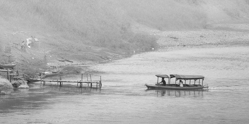 Boat on #Mekong river, #Laos - www.gdecooman.fr portfolio, cours et stages photo à Lille, visites guidées de Lille