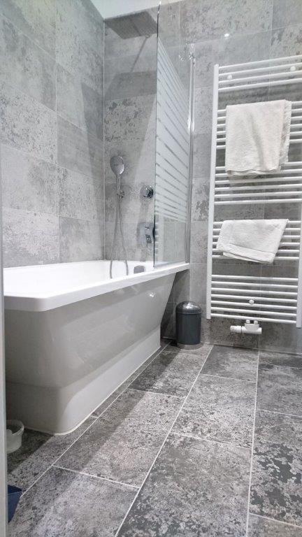 schones badezimmer, schönes marmoriertes badezimmer mit großer badezimmer und heizkörper, Design ideen