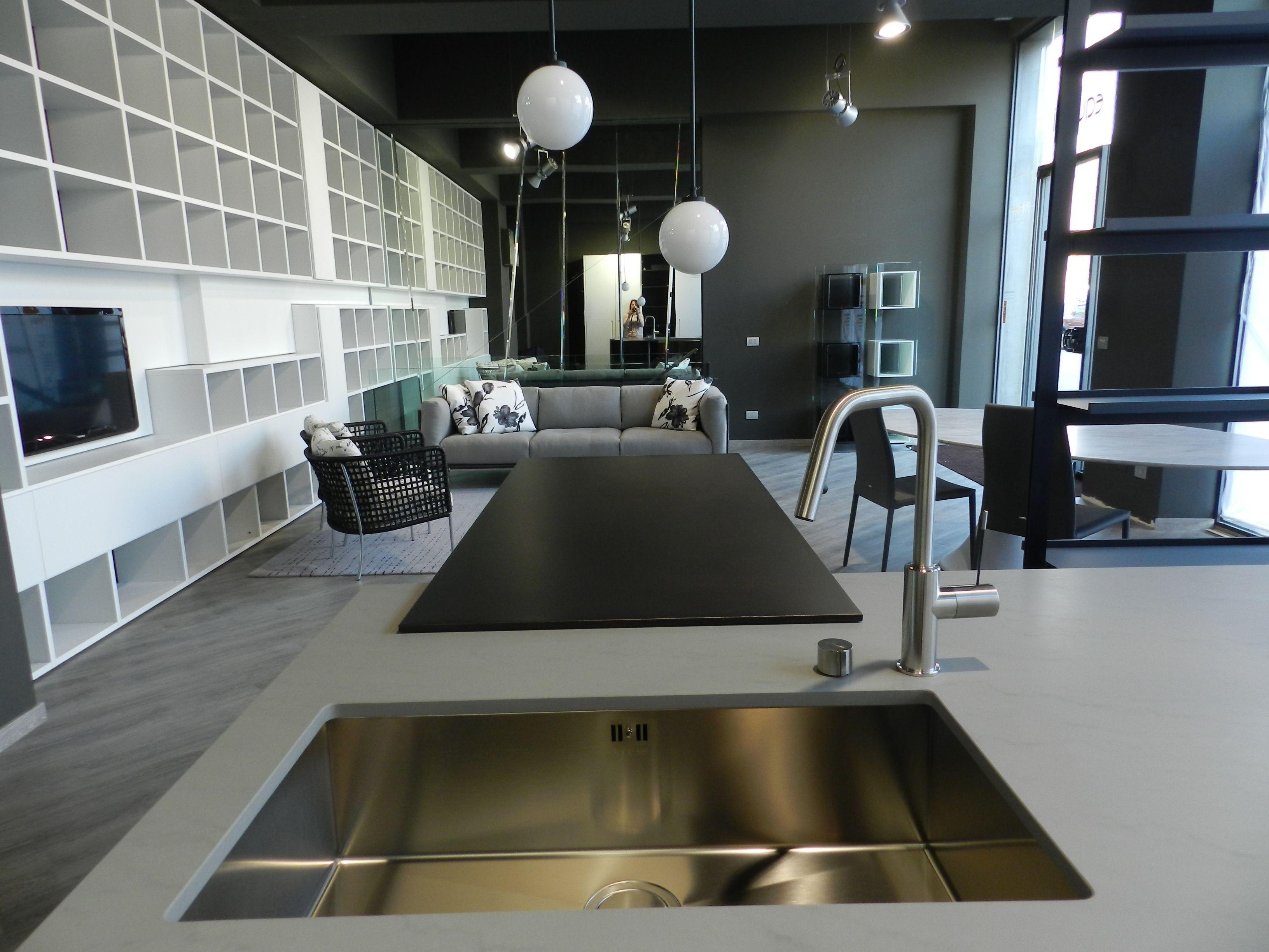 Ambiente: Cucina e libreria Boffi, libreria LEMA, divano poltroncine e tappeto LIVING divani.