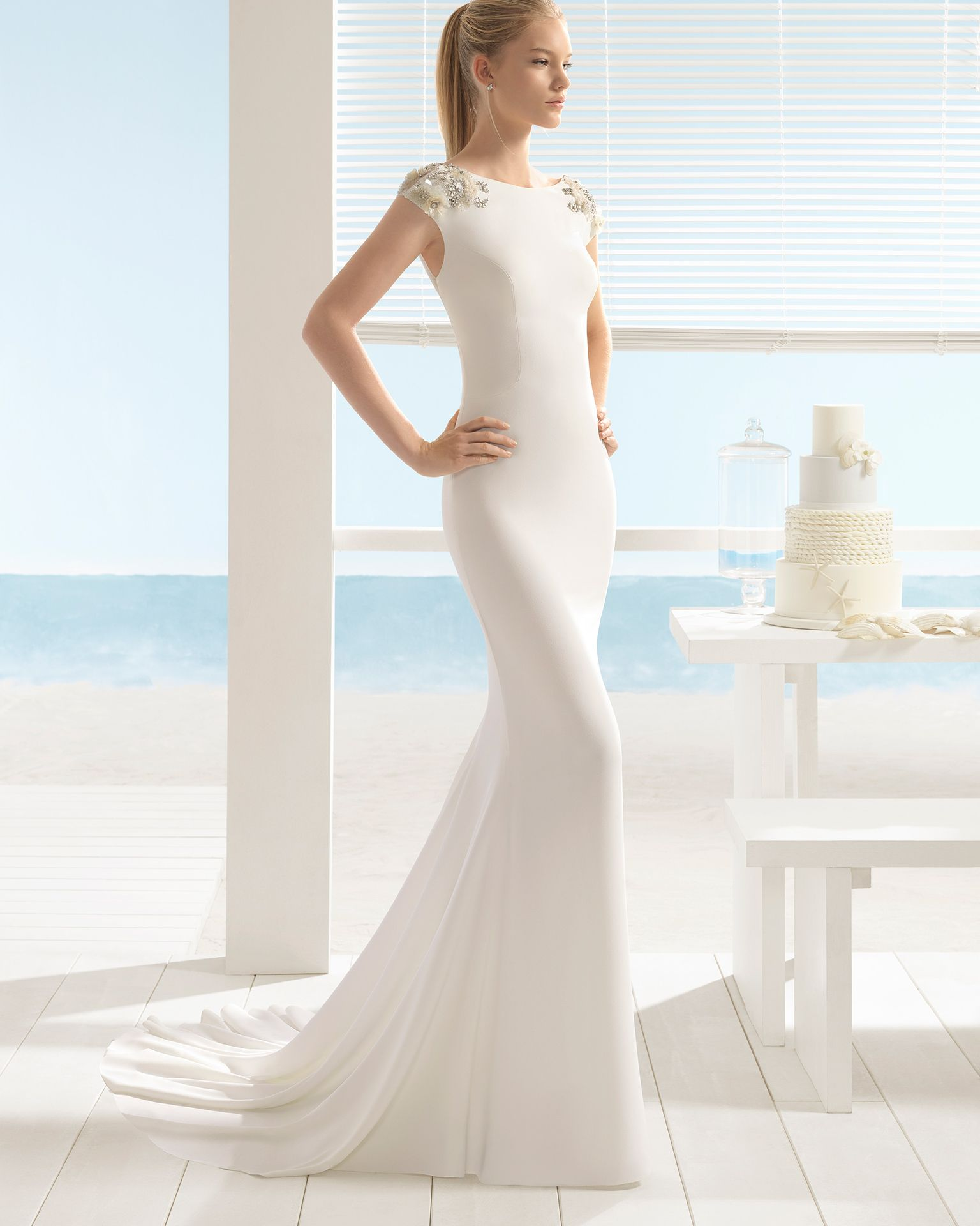 01211d97db Vestido de novia - Novias Rivoli - Logroño. Colección Aire 2018.  Sofisticado vestido sirena en crepe con escote barco y aplicaciones  florales 3D.