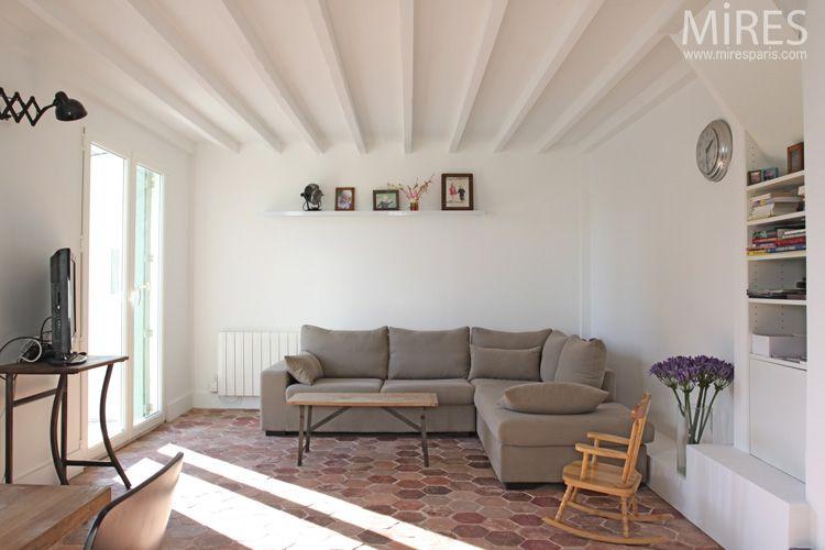 tomettes, mobilier vintage et murs blancs. c0671 | mires paris ... - Decoration Maison Avec Tomettes