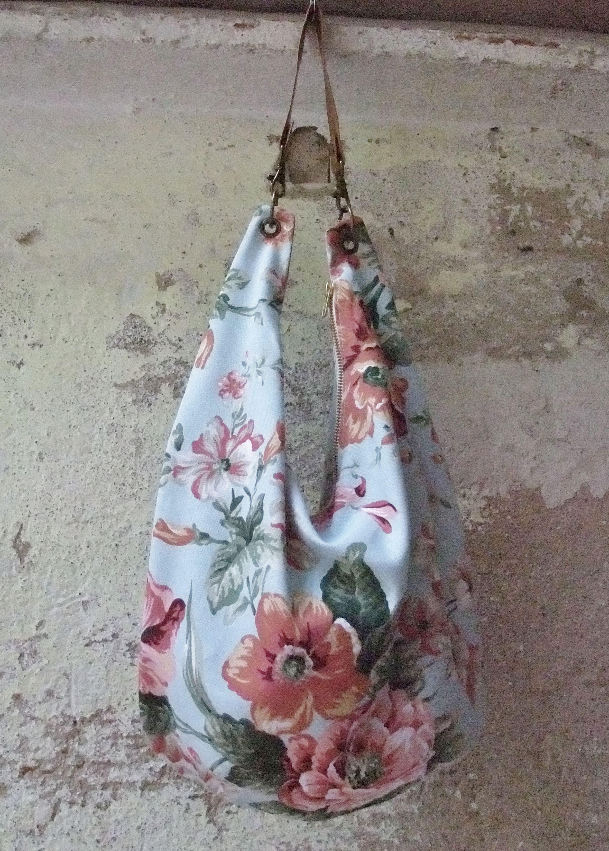 c5fb896c317 Bolso de tela de tapicería de flores con cremallera y bolsillo interior.