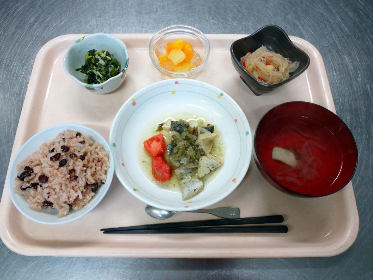 赤飯、すまし汁、銀むつの梅ソースかけ、貝柱と春雨の炒め物、青梗菜とえのきの和え物、フルーツミックスでした!