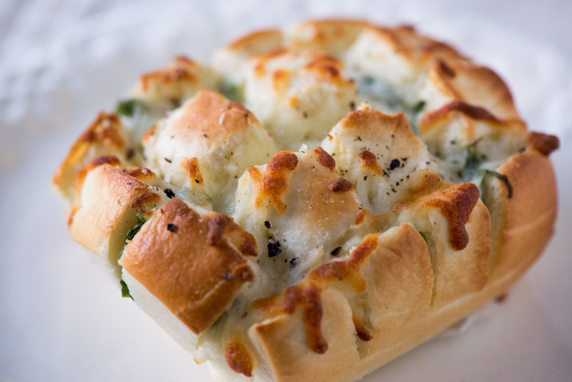 吃膩了饅頭夾蛋嗎?來試試這道華麗變身的烤饅頭吧!這是一道超級容易但讓人食指大動的快速好吃早餐(其實當宵夜也很合適)。 做法很簡單,饅頭用刀子切成棋盤格,要小心不要切斷,再把蔥塞到每個縫隙中,最後把馬芝瑞拉cheese也塞到饅頭間隔中,再撒上 […]