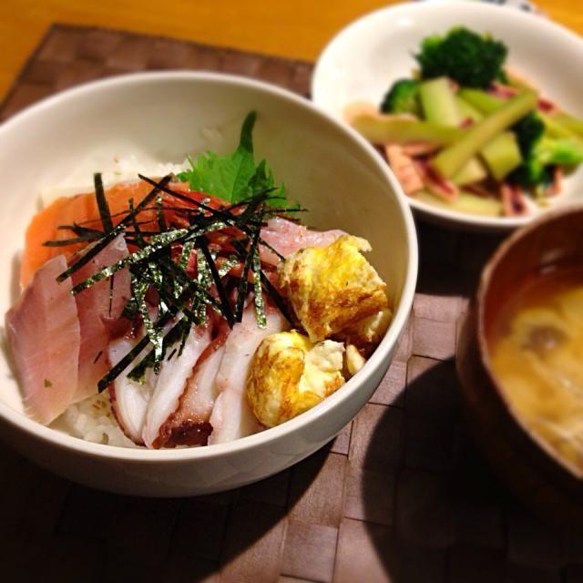 そろそろ家も冷蔵庫も大掃除しようかと…。人気のネタは無くなってしまいましたがご飯が埋まるくらいのネタがあったから海鮮丼に - 31件のもぐもぐ - 1/16 晩ご飯 お正月残りで海鮮丼とブロッコリーとイカのオイスターソース炒めとお味噌汁。 by yossy4433