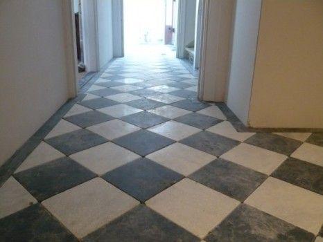 De combinatie van zwart wit marmeren tegels in een woning is