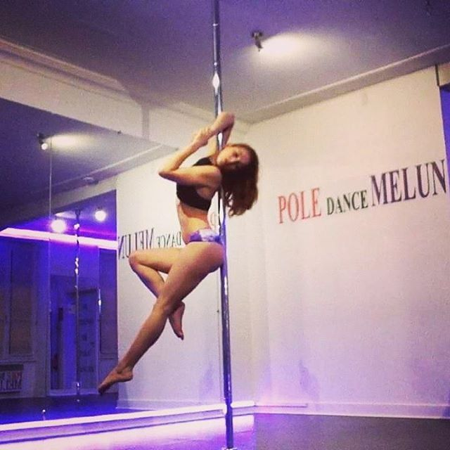 Playing with shapes at @poledancemelun before my pole classes Wearing @radpolewear #poledance #poledancer #poleaddict #polelove #polelife #radpolewear #poledancemelun