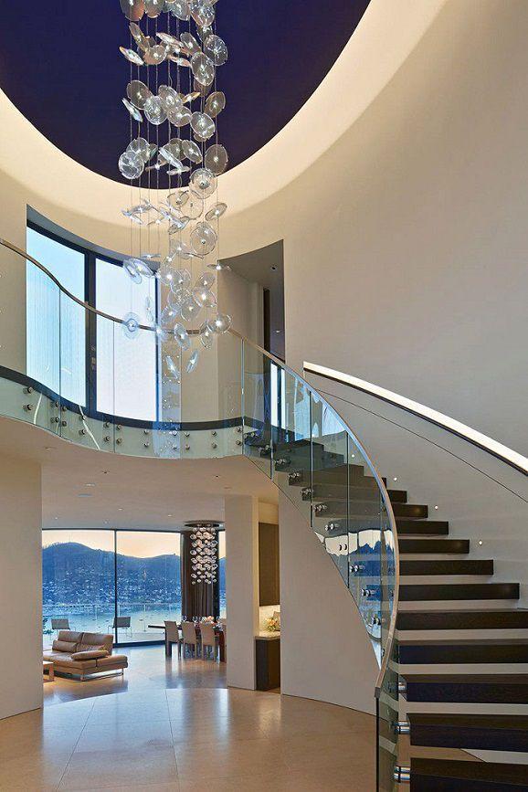 Moderna casa de paredes curvas con vista a bah a de san for Iluminacion escaleras interiores
