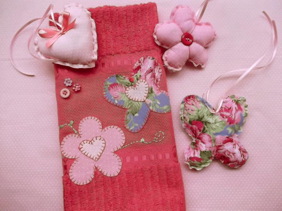Toalha de Lavabo Floral. Sugestão: kit de presente com sachês perfumados.