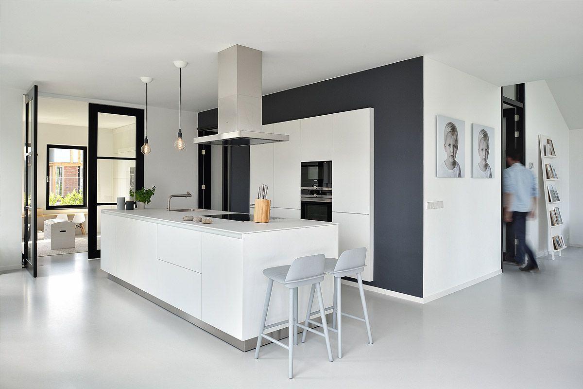 Keuken Kookeiland Zwart : Keuken met een gietvloer zwart wit contrast kookeiland met bar