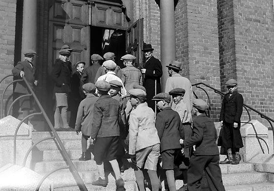 Poikia matkalla Aleksanterin kirkkoon. Kuva: Aamulehti 15.5.1942, Tampereen museoiden kuva-arkisto.