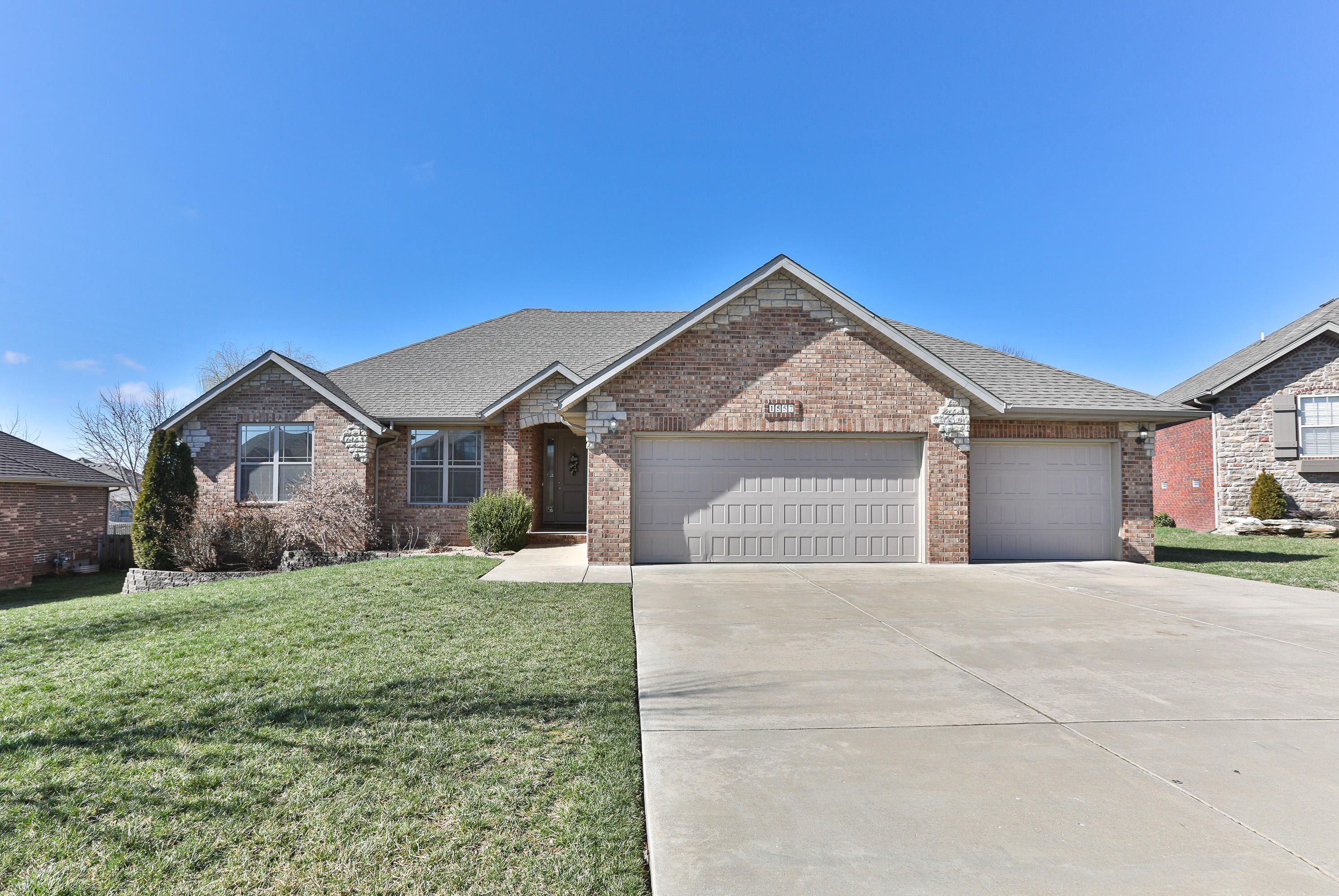 1557 North Oakfair Place Springfield Mo 65802 In 2020 House Prices Stone Houses Covered Back Porches