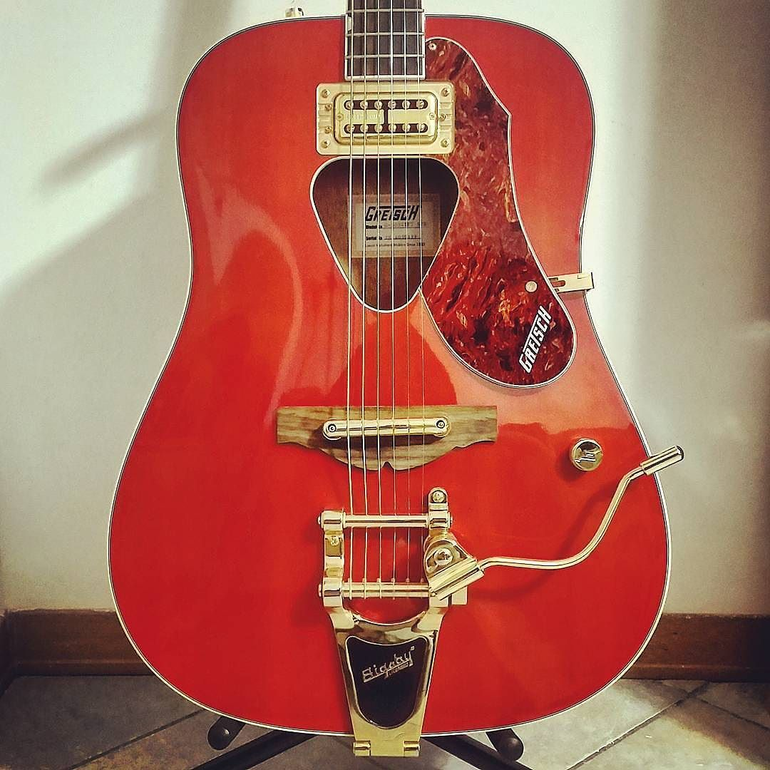 This Gretsch Rancher From Drumming In The Bar Gives A Whole New Meaning To Electric Acoustic Guitar Stringjoy Geartalk Guitarist Gearnerds Guitarplayer