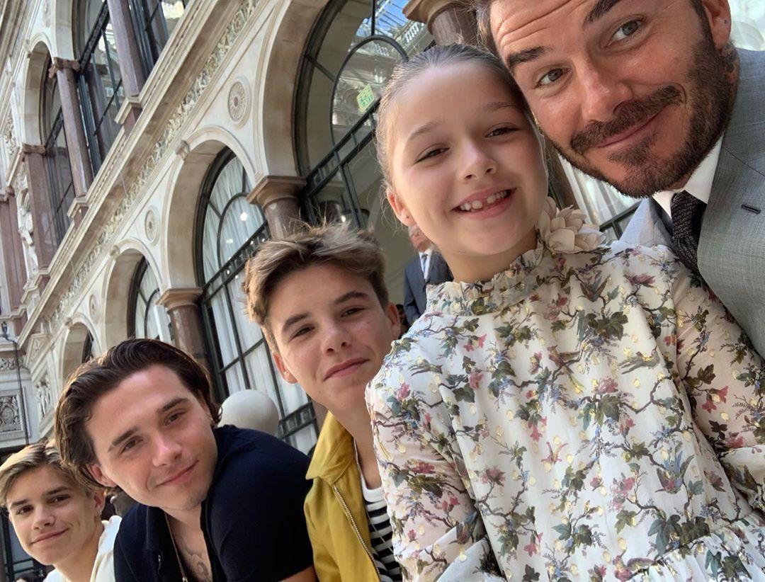 Дэвид Бекхэм с детьми на показе Виктории