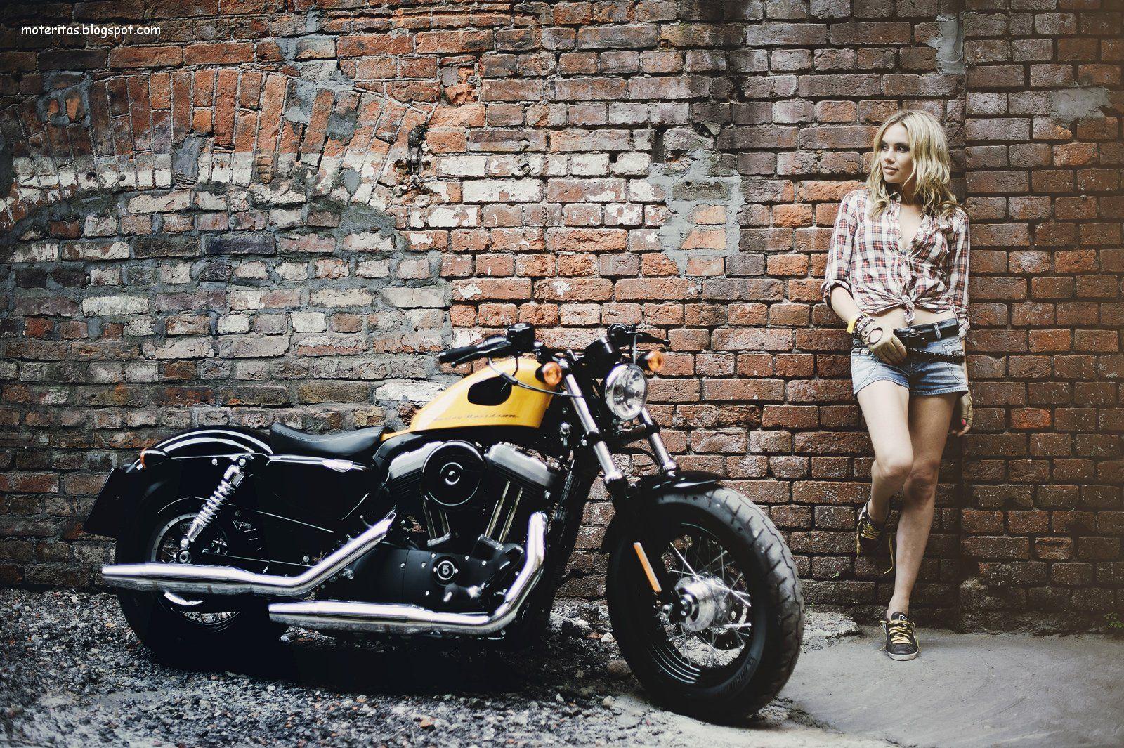 Harley-Davidson-Sportster+Forty-Eight-amarilla-jean-modelo-rubia-moto-fondo-pantalla.jpg (1600×1065)