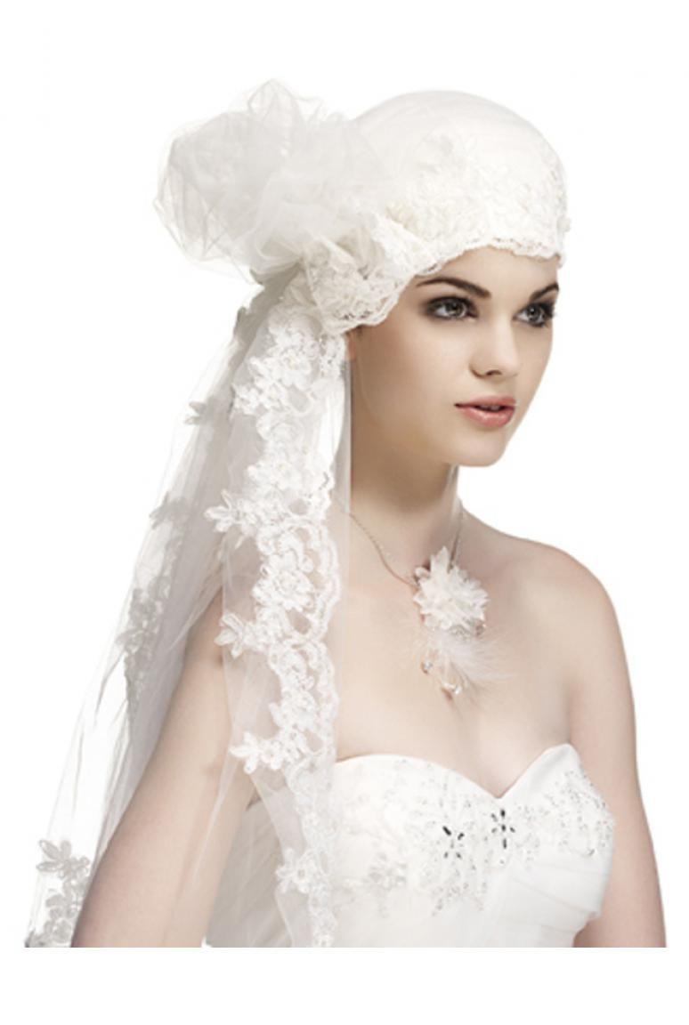 Chapeau de mariage façon turban de tissu et de tulle brodé