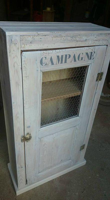 une armoire avec du grillage a poule remplacant une  - comment ceruser un meuble