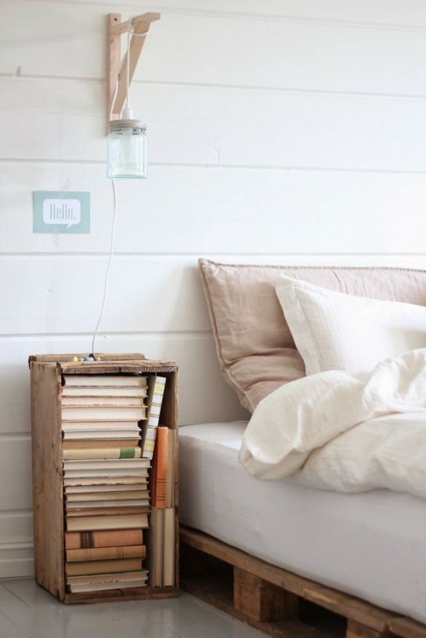 Bed en nachtkastje gemaakt van pallethout