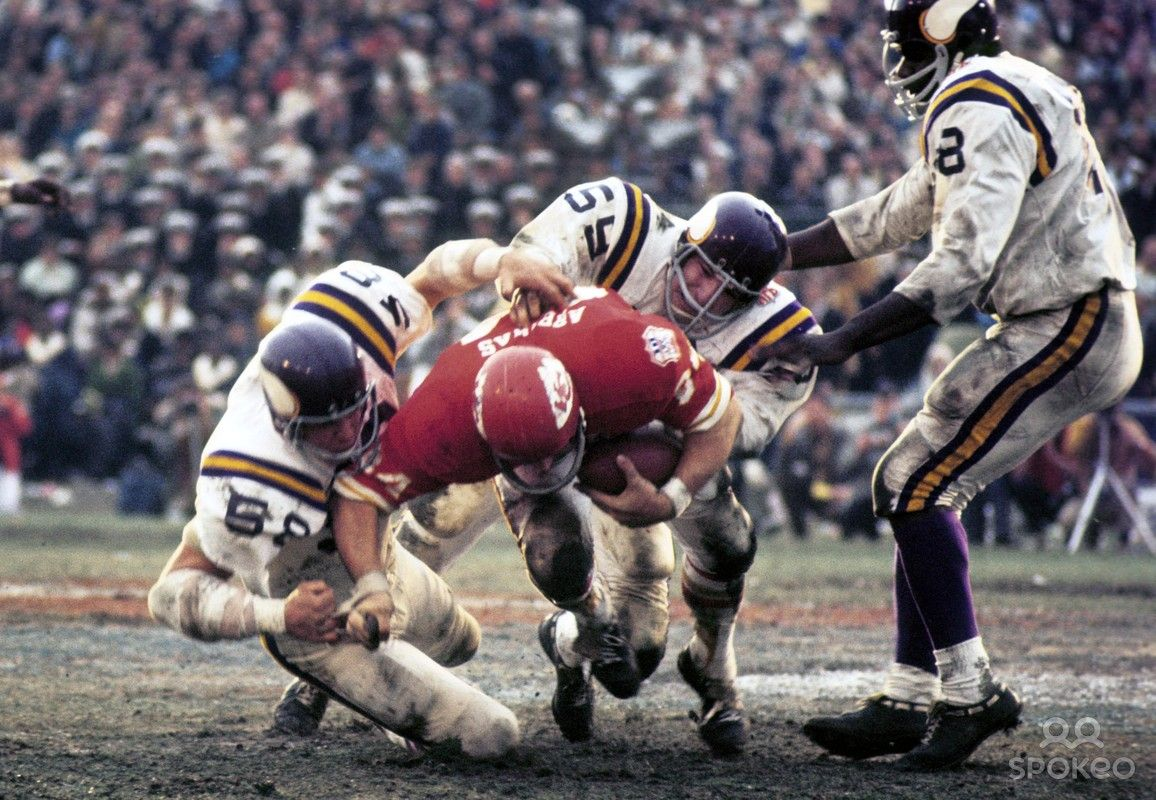 Kansas City Chiefs tight end Fred Arbanas (84) is tackled