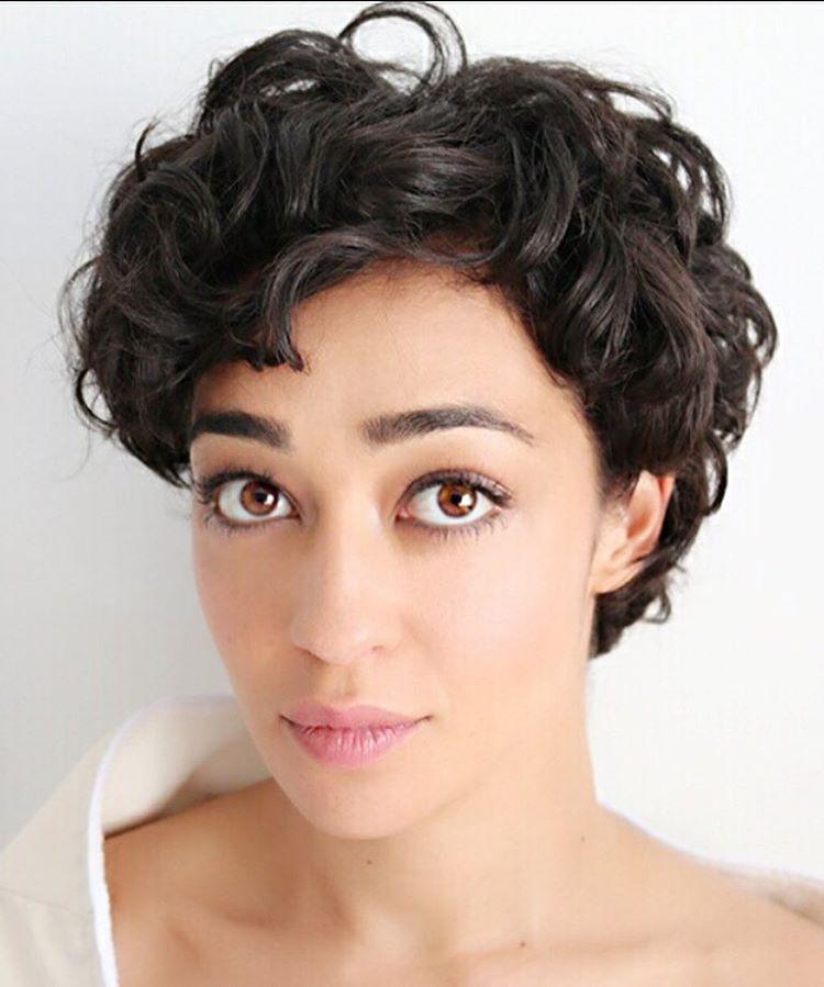 Ruth Negga - bold brows, soft makeup, pink lips