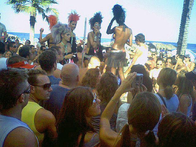 Beach party diario en la discoteca sobre la arena . Son las 16 horas y la fiesta solo ha hecho que comenzar  Daily beach party on the sand, Its 4 PM and the beat goes on.
