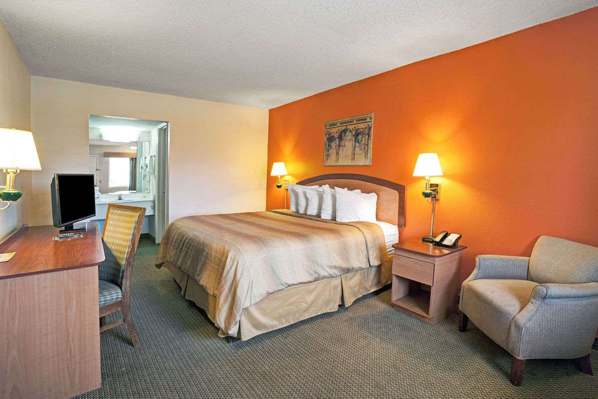Guest room at the Days Inn Jacksonville South/Near